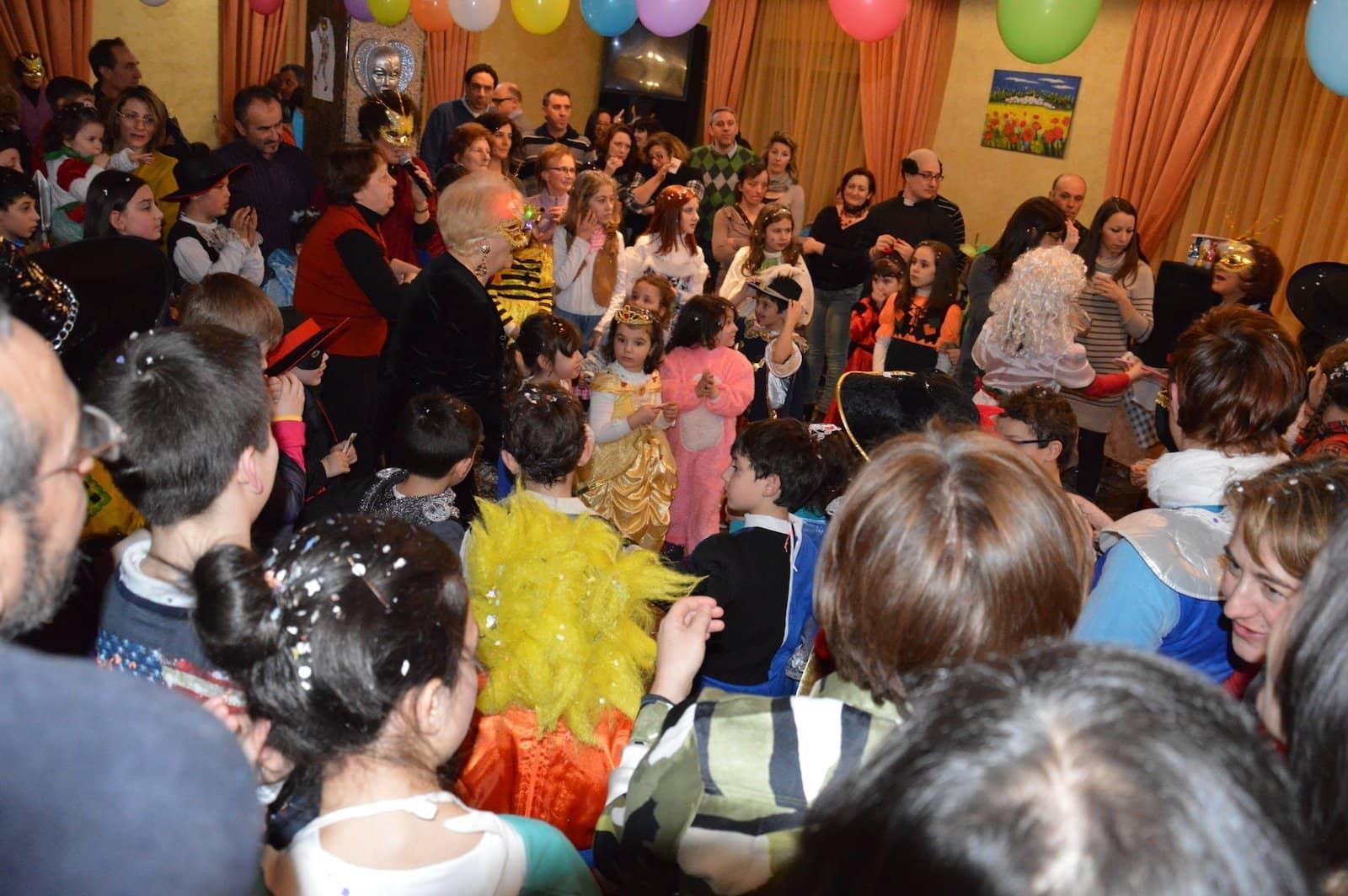 Festa di carnevale con tantissimi bambini
