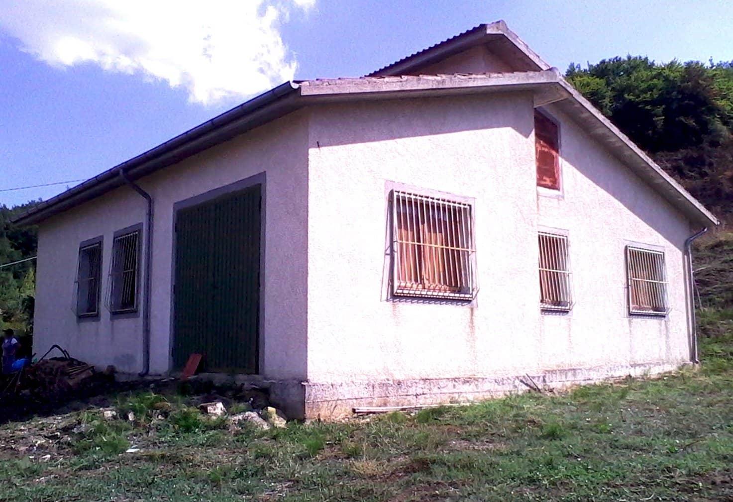 Vendesi casa d'abitazione con annesso terreno e depositi